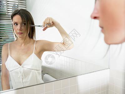 在浴室里剪头发的女人图片