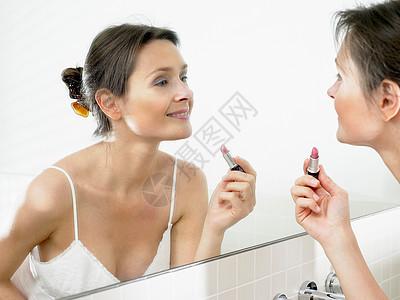 女人在卫生间里化妆图片