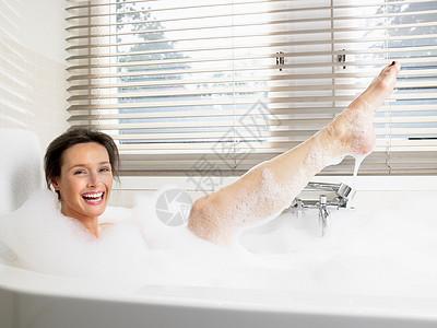 女人在浴缸里洗澡图片