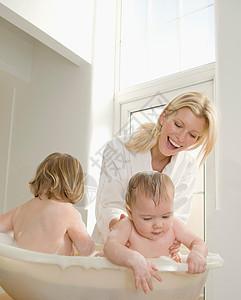 妈妈给婴儿洗澡图片