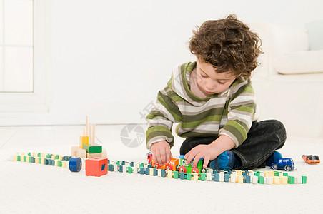 玩玩具的男孩图片