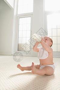 喝牛奶的婴儿图片