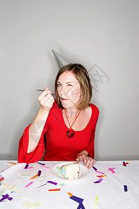 吃生日蛋糕的女人图片