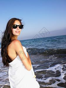 站在海滩上的女人图片