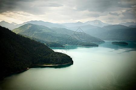 高山静湖鸟瞰图图片