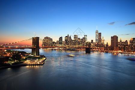 美国纽约日落时分曼哈顿下天际线和布鲁克林大桥的景色图片