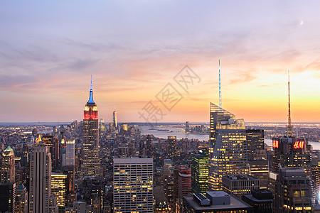 美国纽约日落时分曼哈顿天际线和帝国大厦的景色图片