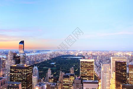 美国纽约黄昏时分曼哈顿天际线和中央公园的景色图片