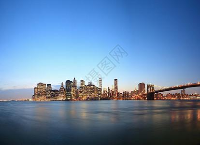 美国纽约黄昏时分曼哈顿下天际线和布鲁克林大桥的景色图片