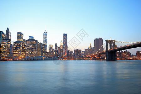 美国纽约黄昏时分曼哈顿下天际线和布鲁克林大桥图片