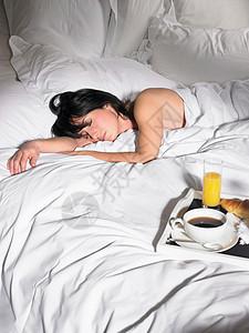 睡在早餐托盘旁边的女人图片