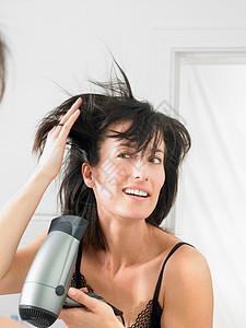 烘干头发的女人图片
