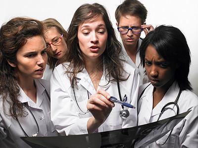一群看X光片的医生图片