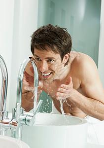 男人在浴室洗脸图片