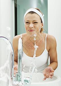 女人在浴室洗脸图片