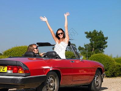 车里的新婚夫妇挥手再见图片