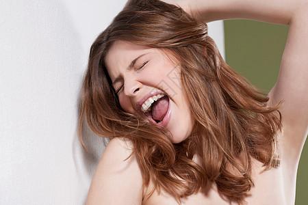 女人尖叫的特写镜头图片