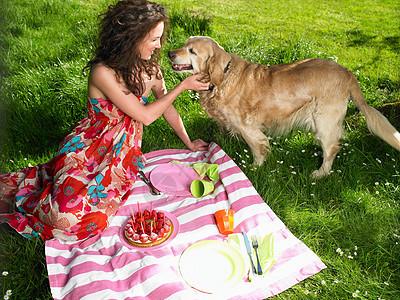 在花园里野餐的女人图片