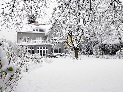雪下的房子图片