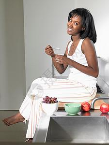 吃早饭的女人图片