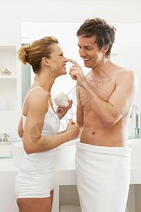 年轻夫妇浴室洗漱图片