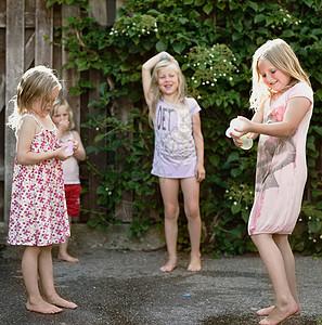 赤脚在水泥地上玩的女孩图片