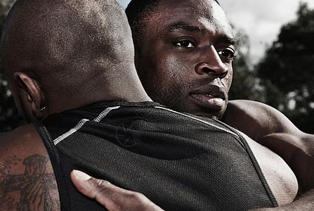 2名男运动员拥抱图片