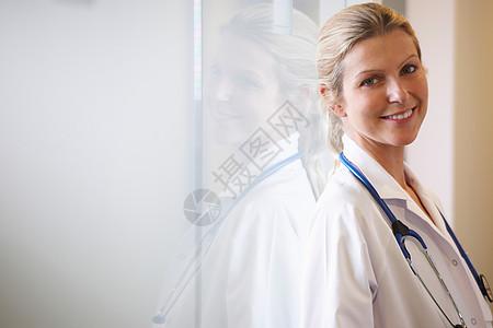 医生靠窗微笑图片