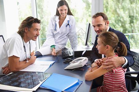 医生为女儿童看病图片