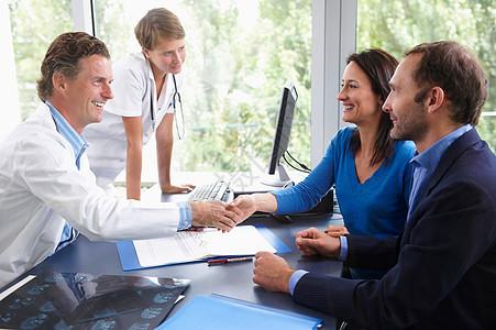 医生病人握手图片