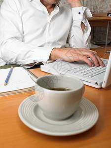 特写咖啡杯与商人图片