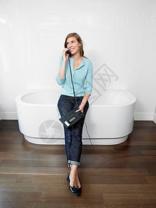 在浴室打电话的女人图片