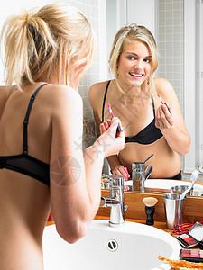 在浴室化妆的女孩图片