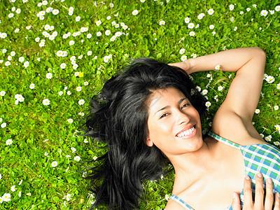 被雏菊包围着的女子图片