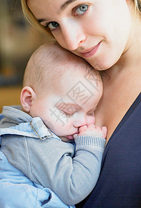 抱着孩子的母亲图片