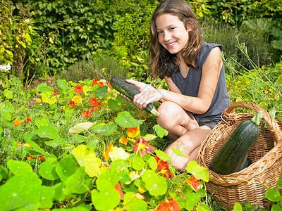 在菜园工作的女孩图片