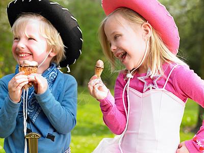 孩子们穿着衣服吃冰激凌图片