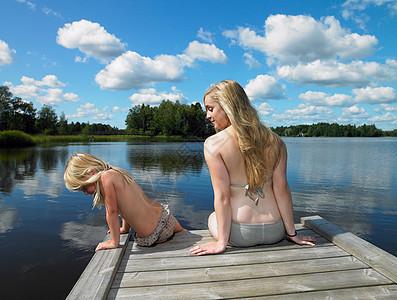 穿着泳衣母女在码头上图片