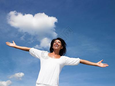 女人向天空张开双臂图片