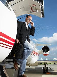 离开私人飞机的商人图片