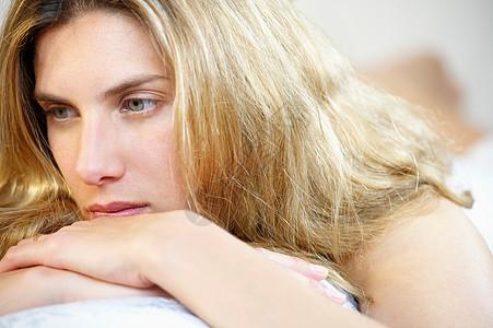 沉思的女性图片