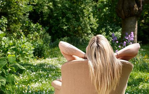 花园里沙发上休憩的女人图片