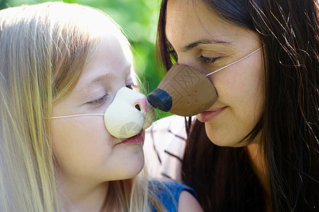 母亲和女儿戴着面具图片