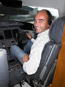 私人飞机驾驶舱的男飞行员图片