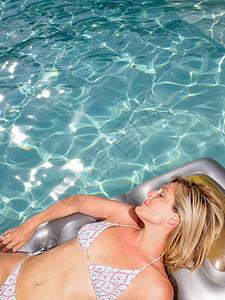 游泳池充气床垫上的女人图片