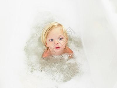 小女孩洗澡图片
