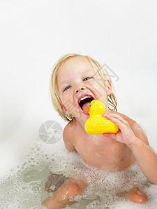 小女孩洗澡黄鸭子图片