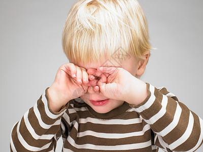 小男孩遮住眼睛图片