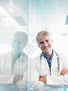 微笑的医生靠在墙上图片
