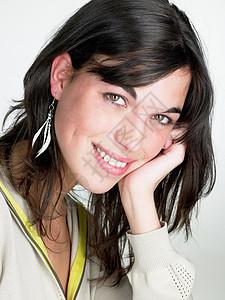女人微笑着把头靠在手上图片